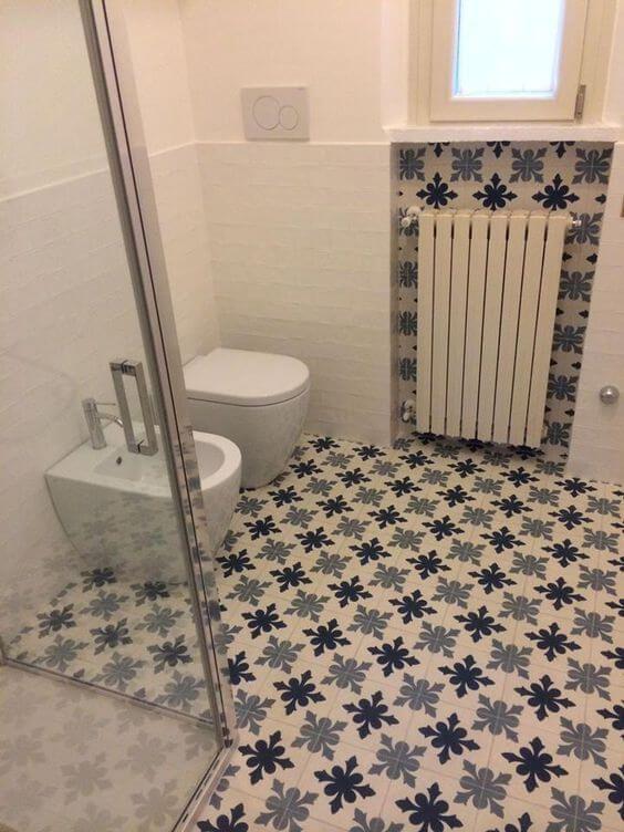 Spaanse patroontegel bloem in badkamer